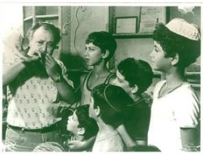 Le père de Zvika, Meir Bar-Sheshet avec des enfants à Tel Aviv dans les années 60