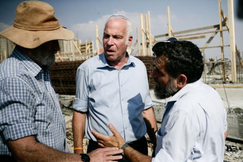 Le ministre du logement et de la construction Uri Ariel, au centre, au cours d.ine conférence de presse pour la promotion de nouveaux logements à construire dans l'implantation juive de Tel Tzion, près de Jérusalem, le 13 Août 2013 (photo credit: Flash90)