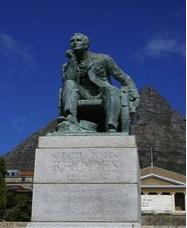 La statue de Cecil John Rhodes devant l'université du Cap, œuvre en bronze de Marion Walgate (1934)