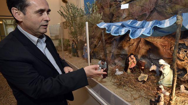 Le maire FN de Béziers Robert Ménard devant la crèche installée dans le hall de la mairie, le 5 décembre 2014. afp.com/Pascal Guyot