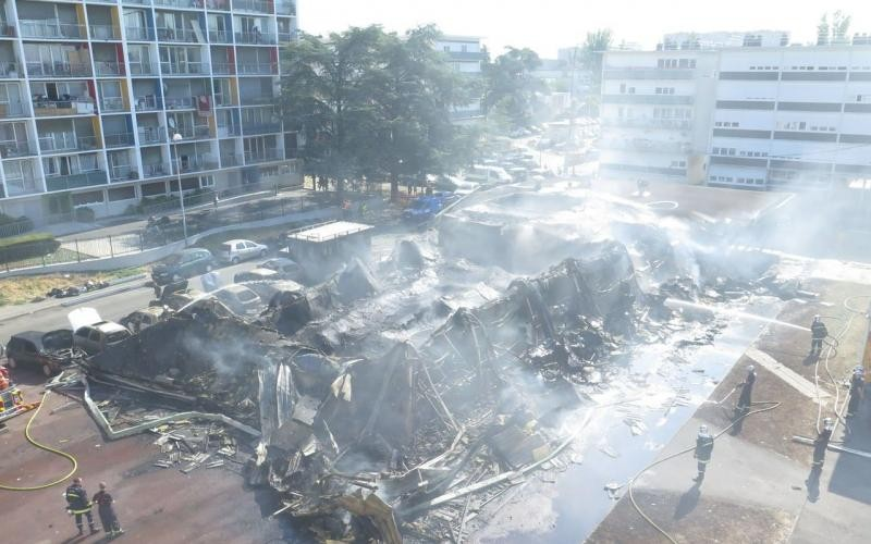 Sarcelles, le 16 juillet 2015. La piste criminelle est privilégiée après l'incendie qui a détruit plusieurs commerces. (LP/Frédéric Naizot.)