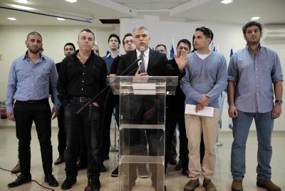 Yair Lapid et des réservistes de Tsahal lors d'une conférence de presse  le 20 décembre 2015  Crédit Tomer Neuberg/FLASH90