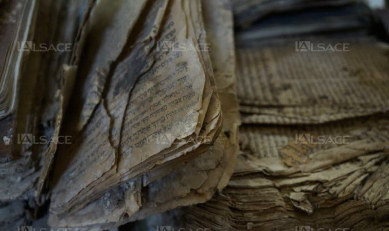 Un des plus de 500 livres qui ont été découverts à la synagogue.