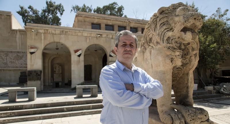 Maamoun Abdulkarim devant le lion d'al-Lât du  musée de Palmyre  (avant les destructions)