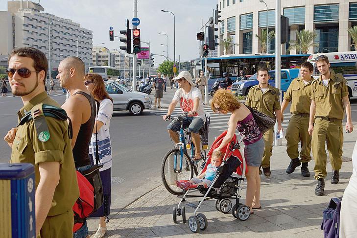 Tous les jeunes Israéliens (ici à Tel Aviv) sont astreints au service militaire. / Julien Chatelin/Divergence