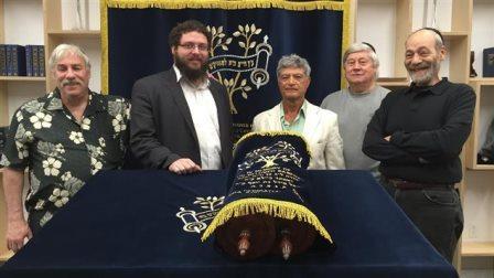 Des membres de la communauté juive dans la synagogue Chabad de L'Île-des-Soeurs, à Montréal. Photo : Radio-Canada/Louis-Philippe Ouimet