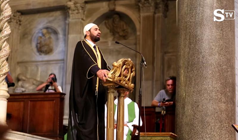 L'imam Sali Salem a récité un verset du Coran dans l'église romaine de Santa Maria du Transtevere, le 31 juillet 2016. (Source de l'image : La Stampa video screenshot)