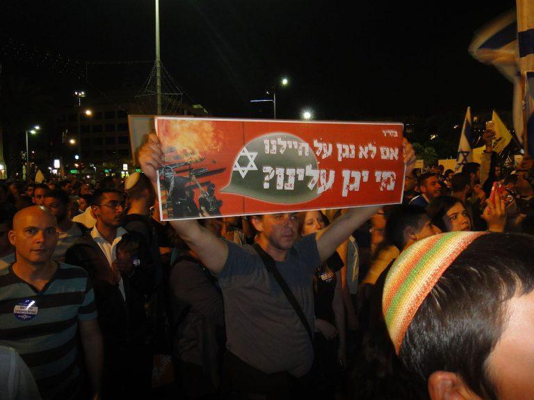 """""""Si nous ne protégeons pas nos soldats, qui le fera ?"""", scandent des manifestants en soutien au soldat"""