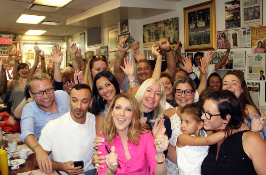 Celine Dion : apparition surprise au  Schwartz's Deli de Montréal en août 2016