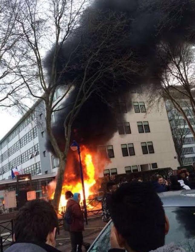 Lycées. Ce matin, au lycée Newton de Clichy (Hauts-de-Seine), les choses ont un peu chauffé durant le blocus l'établissement - au sens propre. Le feu est depuis éteint et le blocus a été levé.