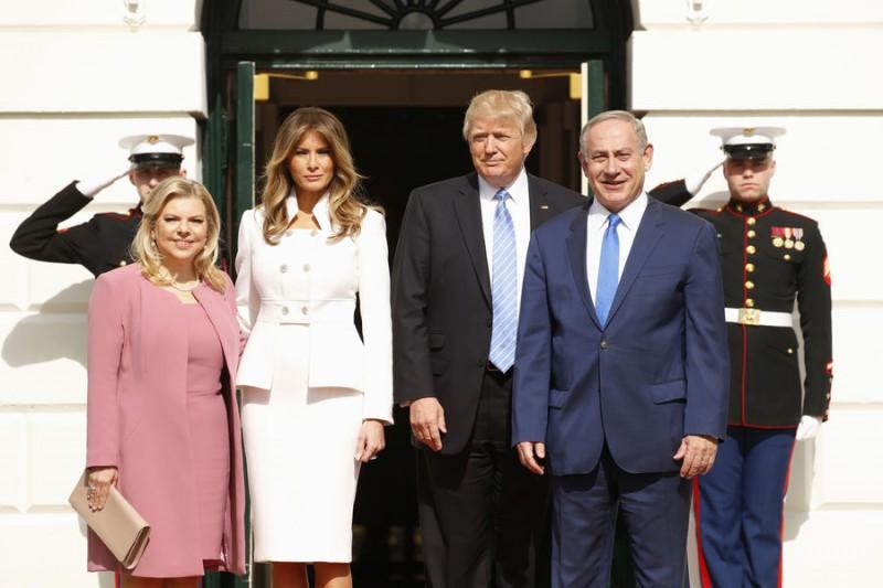 Sara Netanyahu, Melania Trump, Donald Trump et Benjamin Netanyahu sur le perron de la Maison Blanche, le 15 février 2017. Kevin Lamarque/Reuters