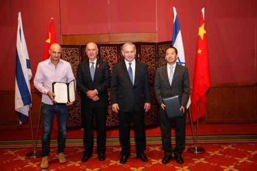 L'Ambassadeur d'Israël en Chine, Matan Vilnai (deuxième à gauche), aux côtés de Benjamin Nétanyahou