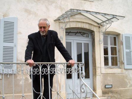 Samuel Pintel devant la maison d'Izieu, colonie de vacances dont il fut le seul rescapé. Les 44 autres enfants furent tous exterminés à Auschwitz.  Maison d'Izieu