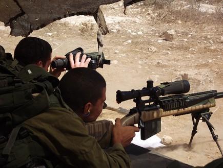 Un sniper et son observateur. Crédit photo : Shai Levy