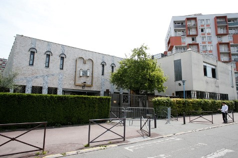A photo taken on May 25, 2014 shows a view of a synagogue in Creteil, Paris suburb, a day after two Jewish brothers, 18 and 23, have been assaulted by 2 unidentified men. The two young men, suffering of multiples contusions, were hospitalized after the agression.   AFP PHOTO / THOMAS SAMSON