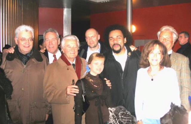 La femme en bas à droite c'est Jany Le Pen, les autres sont reconnaissables: Roland Dumas, écharpe rouge avec M'balaM'bala et des amis du FN