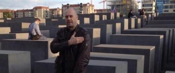 """Alain Soral commettant sa """"quenelle"""" devant le Mémorial de l'Holocauste à Berlin /DR"""