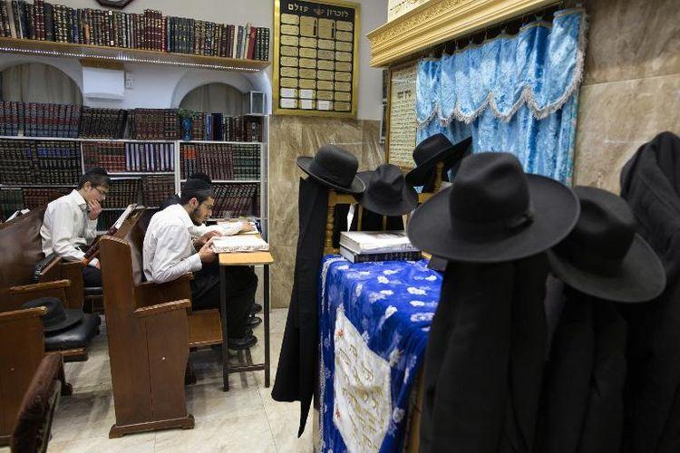 Des étudiants ultra-orthodoxes étudient la Torah, le 15 avril 2015 à Jérusalem  (Photo MENAHEM KAHANA. AFP)