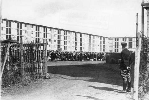 Im besetzten Gebiet. (Frankreich) Festnahme von Juden in Paris. Eingang zum Lager. Aug. 41