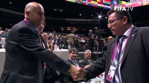 Le Palestinien Jibril Rajoub (gauche) et l'Israélien Ofer Eini se sont serré la main au congrès de la Fifa ce vendredi 29 mai après l'annonce de l'annulation du vote.