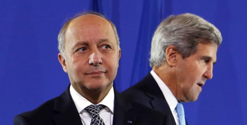 Laurent Fabius (à gauche) et le Secrétaire d'Etat américain John Kerry