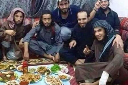 Cette photo, postée sur Twitter, serait celle de ces soldats syriens devant les repas qu'ils viennent d'empoisoner en novembre 2014.