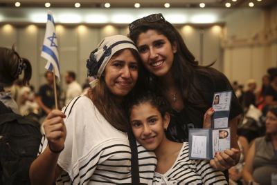 Des nouveaux immigrants français recevant  leurs cartes d'identité israélienne en juillet 2014  Crédit Hadas Parush/Flash90