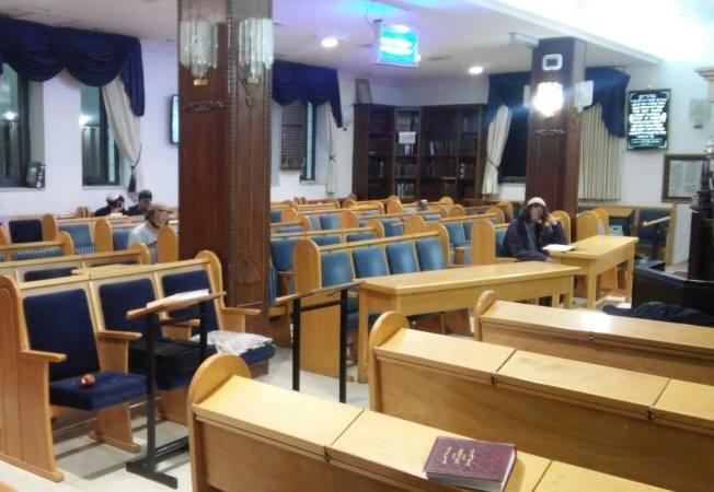 L'intérieur de la synagogue Ayelet Hashahar, mardi soir.  Crédit: Ezra Antabi