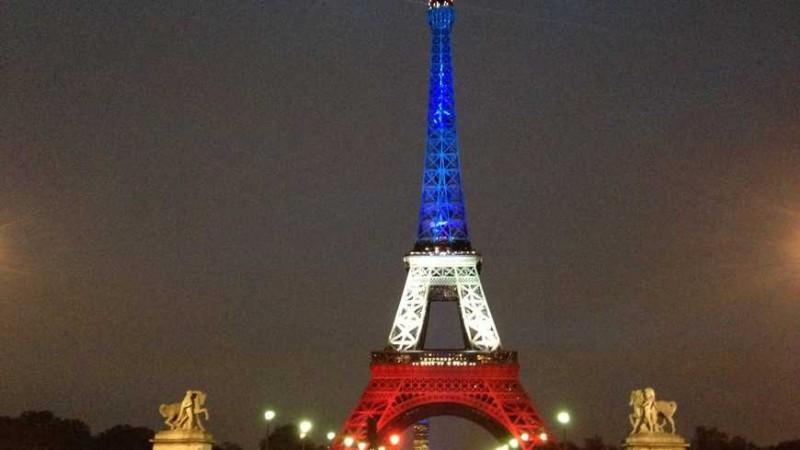 La Tour Eiffel en bleu-blanc-rouge à 17h30 ce lundi © Radio France - Aurélien Thirard