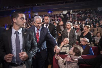Binyamin Netanyahou serre des mains lors de la soirée marquant le 25e anniversaire de l'Aliyah des juifs de l'ex-URSS. Crédit: Hadas Parush/Flash9