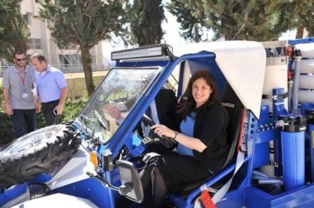 La ministre au volant de la Gal Mobile – Crédit photo : ministère des Affaires étrangères
