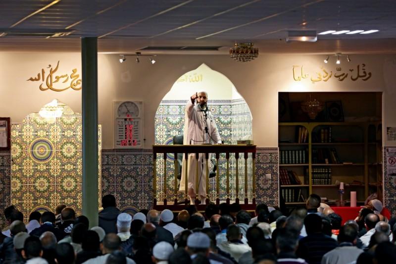 Dans la nouvelle mosquée attenante à la Reine Jeanne qui draine des fidèles de plusieurs cités, l'imam commence par condamner les islamistes tueurs… avant de leur donner l'absolution. © Bernard Wis