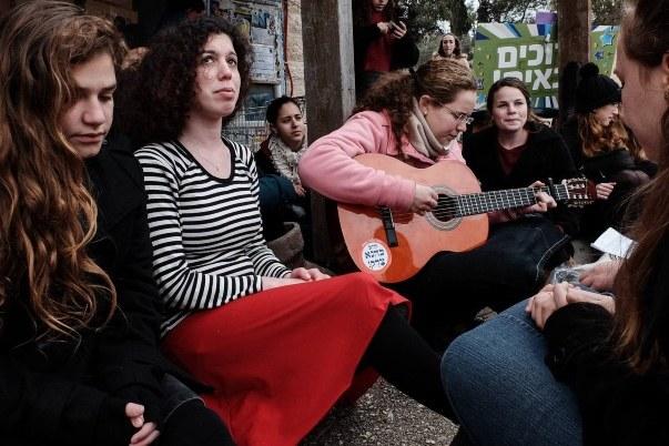 """Une veillée pour Shlomit Krigman, 23 ans, assassiné le mois dernier. On lit sur l'autocollant collé sur la guitare """"Rabbi Kahane avait raison!"""""""