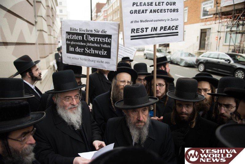 Une manifestation est organisée devant l'ambassade de Suisse à Londres contre la destruction du cimetière juif médiéval à Zurich, le 19 janvier 2016. JDN