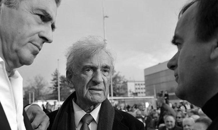 Bernard-Henri Lévy et Elie Wiesel, en avril 2009 à Genève, en Suisse, pour une commémoration de la Shoah.