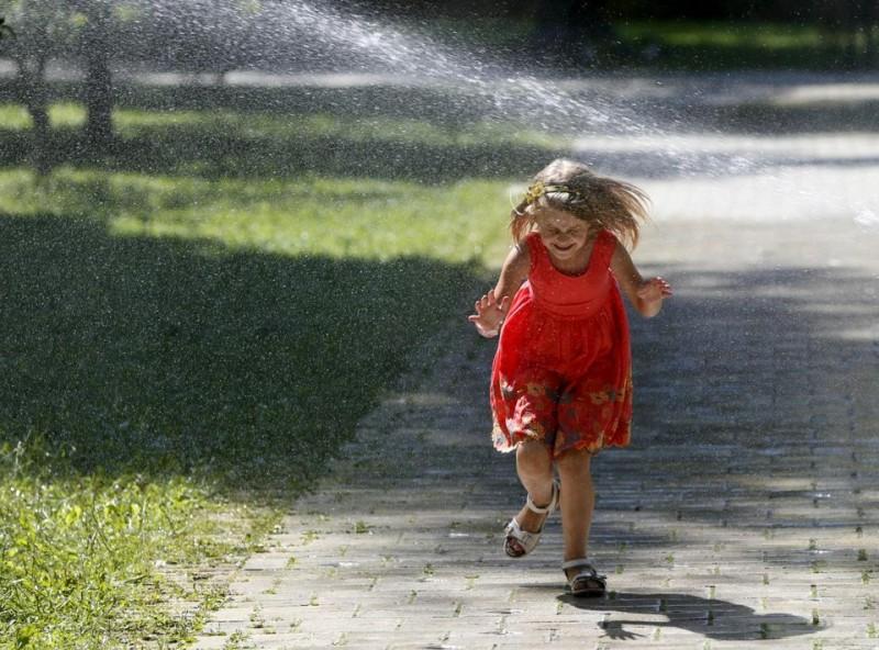 Une petite fille dans un parc. Photo Valentyn Ogirenko. REUTERS