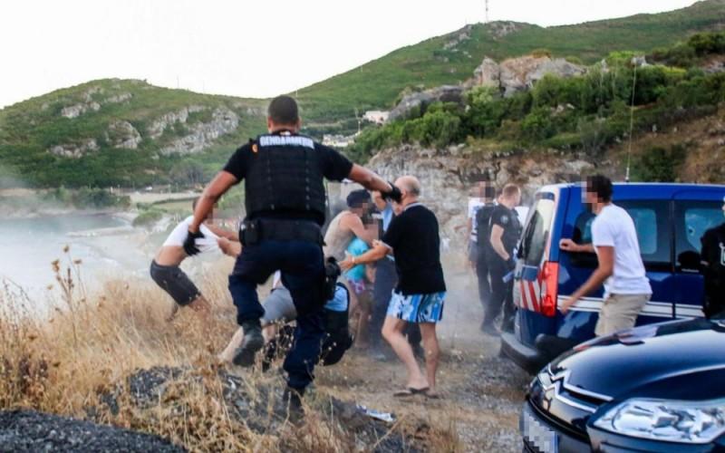 Sisco (Haute-Corse), samedi. De nombreux gendarmes ont dû intervenir pour éviter le lynchage d'un participant à la rixe. (PhotoPQR/ « Corse-Matin »/Maxppp.)