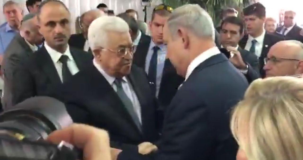 Aux obsèques de Shimon Pérès, Benjamin Netanyahu et Mahmoud Abbas se serrent la main. Crédit photo : DR