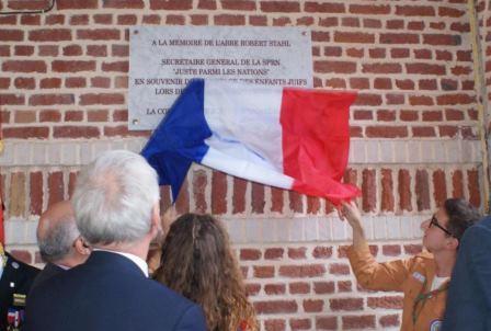 Symboliquement, la plaque a été dévoilée par les enfants (ici des Éclaireuses et Éclaireurs de France).
