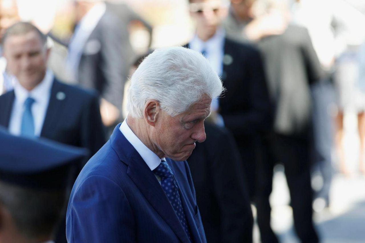 Bill Clinton très ému devant le cercueil. (REUTERS/RONEN ZVULUN.)