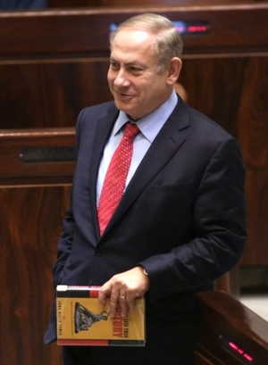 Netanyahou tenant à la main le livre de John David Lewis, Nothing Less than Victory.