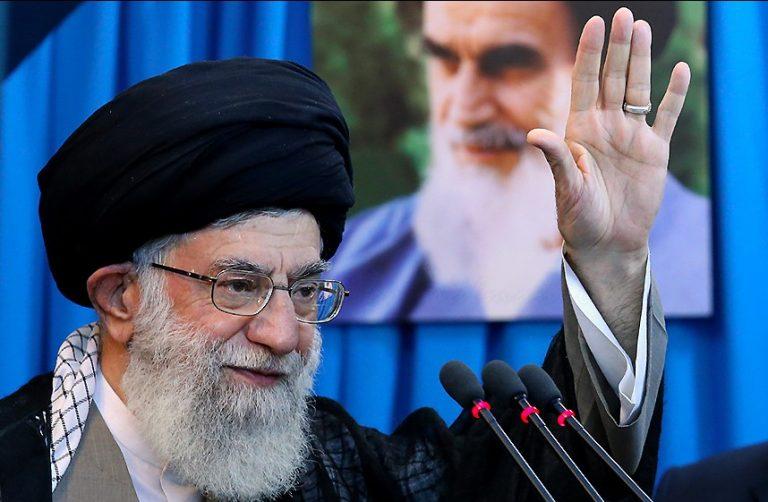 L'ayatollah Khamenei devant un portrait du Père de la Révolution, Khomeiny