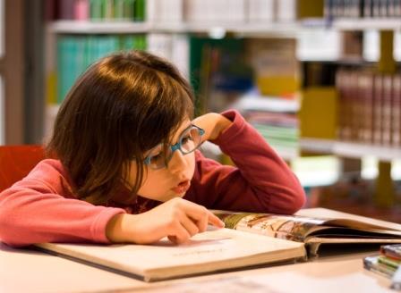 Petite fille à la bibliothèque