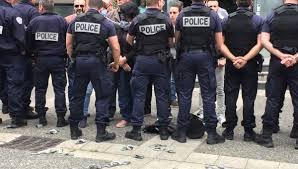 Des policiers déposent menottes et brassards au sol en signe de contestation lors d'une manifestation à Strasbourg le 19 juin.